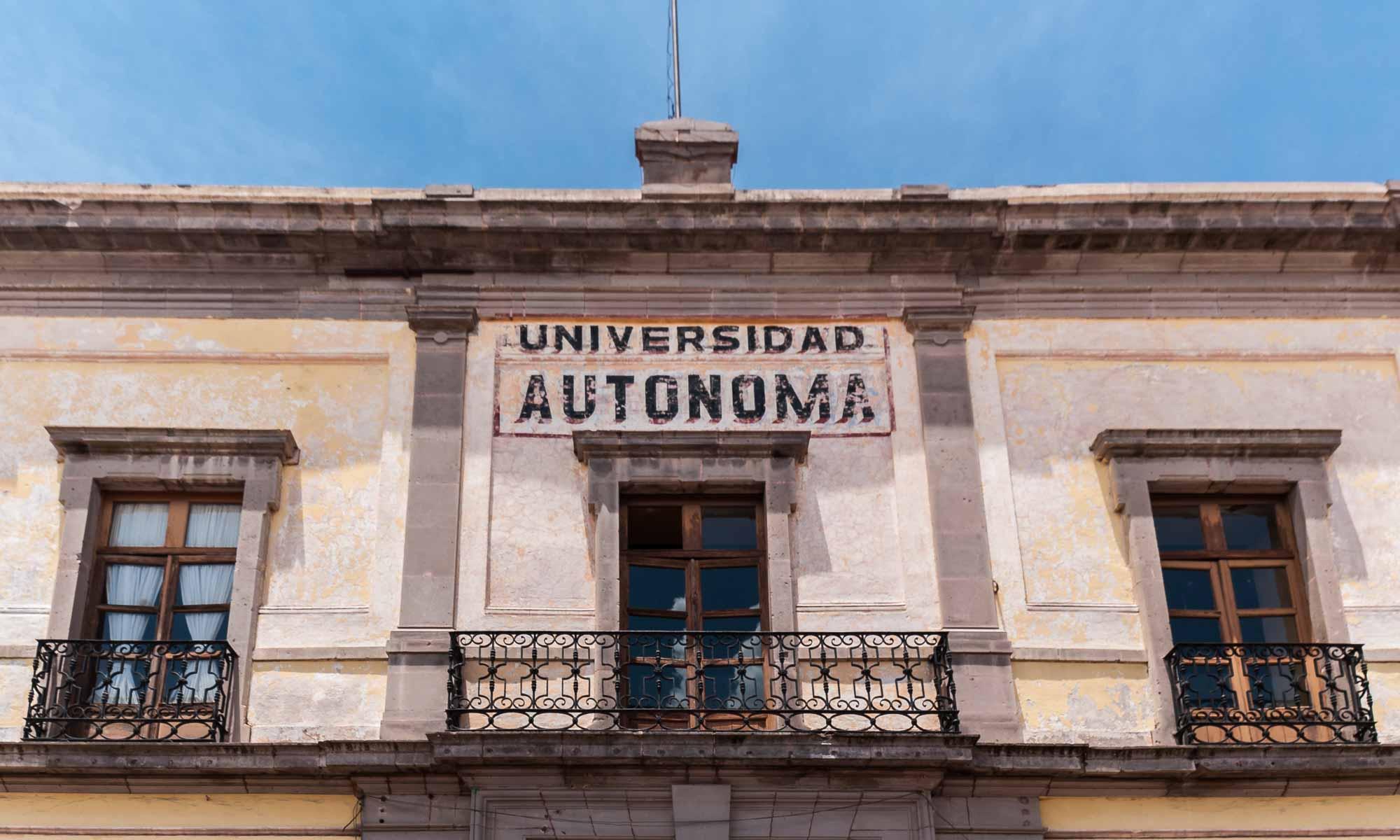 fachada del campus de filosofia de la Universidad Autónoma de Querétaro